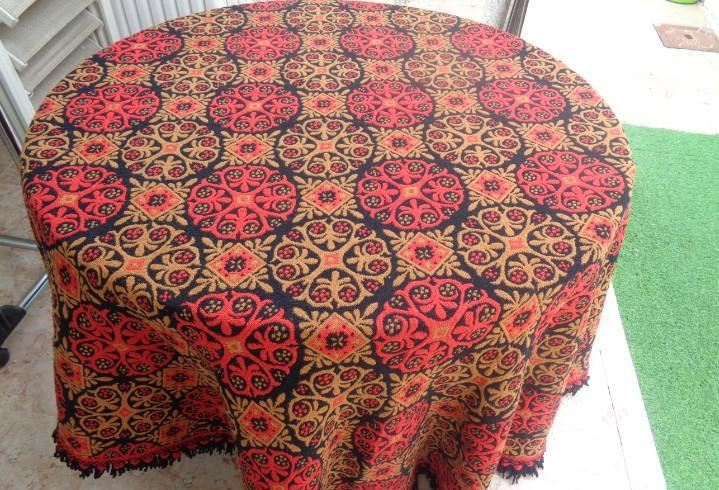 Bonito mantel de lana redondo reversible en color rojo negro