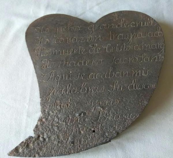 Corazon de hierro forjado con una plegaria grabada a cincel