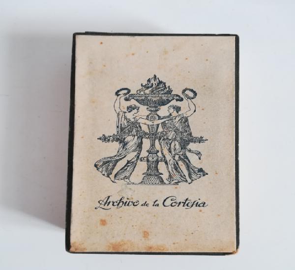 Caja archivo de la cortesía con tarjetas de papel y sobres