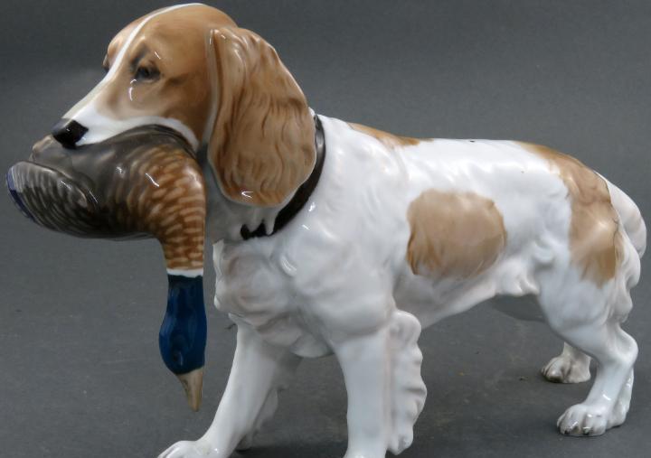 Perro spaniel breton con perdiz en porcelana alemana