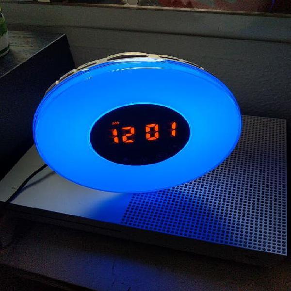 Reloj con radio, luz y despertador ambiental.