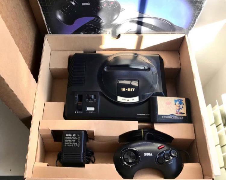 Sega mega drive en caja, juego, cableado y mando