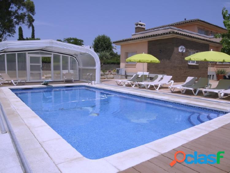 Espectacular casa con piscina, jardín, terraza, garaje y solárium.