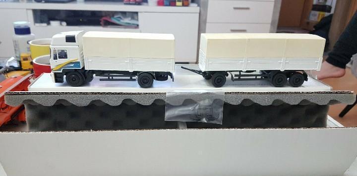 Camión man f2000 4x2 trailer tres ejes conrad escala 1:50