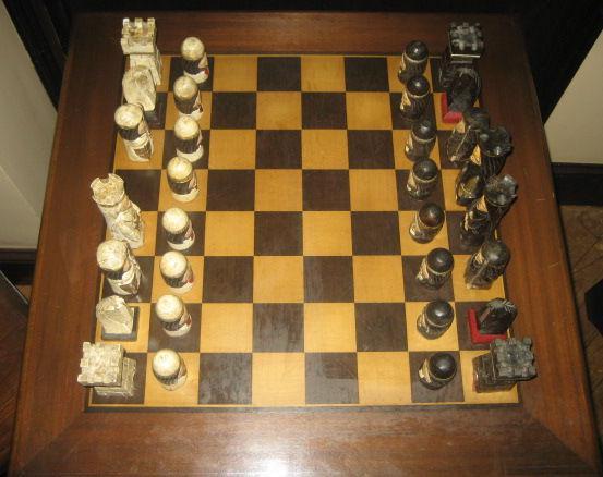Conjunto mesa de ajedrez en madera maciza
