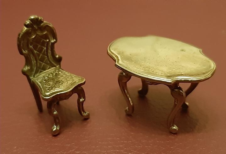 Hermosa silla y mesa metal para casa de muñecas