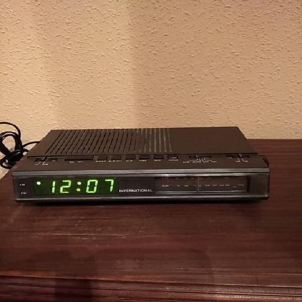 Radio despertador digital con varias funciones