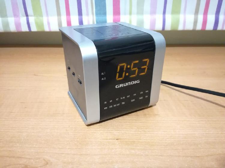 Reloj despertador y radio grundig