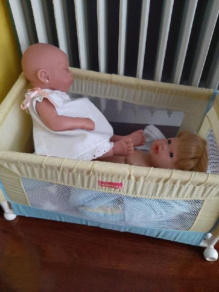Cuna, cochecito de bebé, armario de madera