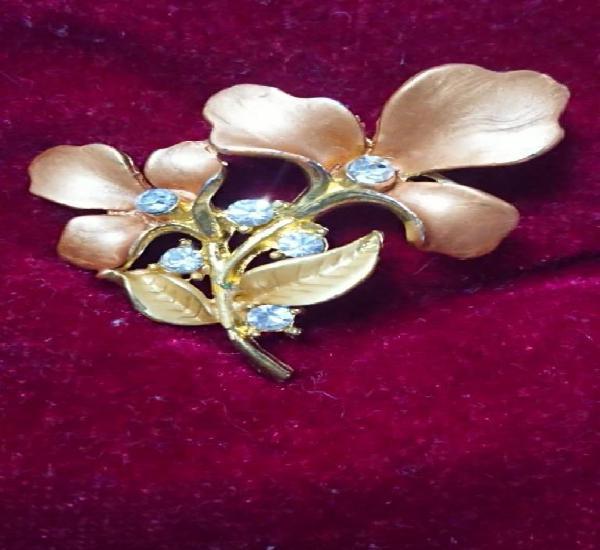 Bonito broche metálico dorado ramo de flores con circonitas