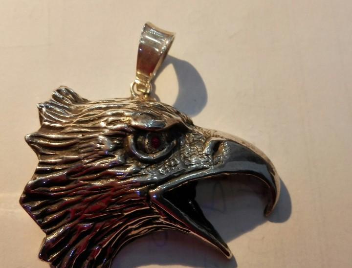 Colgante plata 925 con detalle rubí. motivo águila