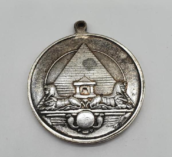 Magnífico medallón con bellas esfinges egipcias en relieve
