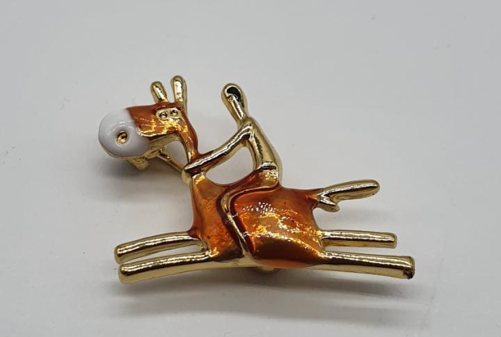 Original broche de jockey sobre caballo con acabados en oro