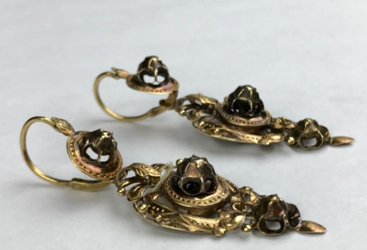 Preciosa (6cm de longitud) pareja de pendientes en oro de