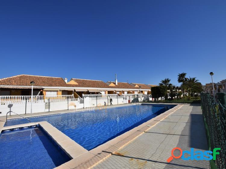 Villa adosada en planta baja con sótano y piscina los nietos