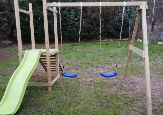 Parque infantil tobogán columpios montado