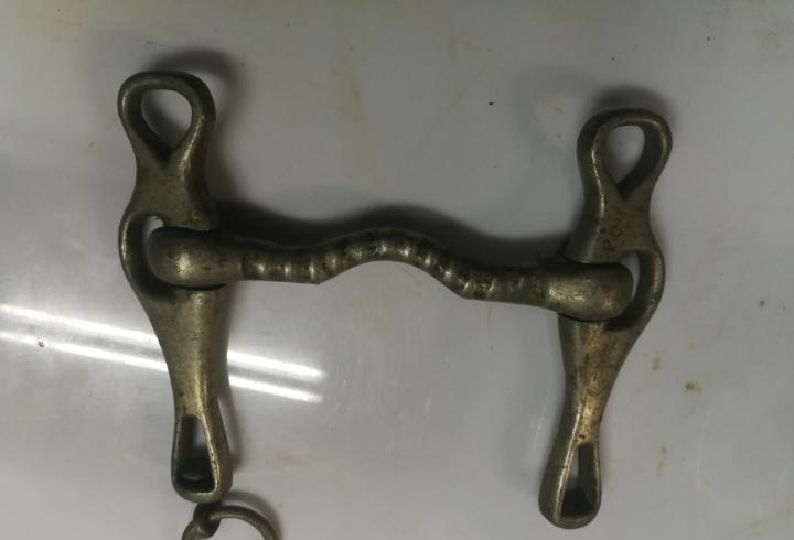 Antiguo bocado freno de caballo de bronce con marca gravado