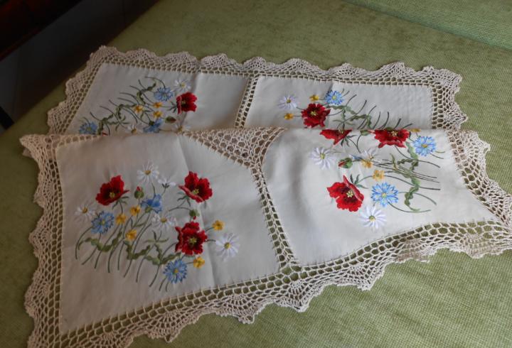 Bonito mantel/ tapete años 90.ganchillo a mano y bordado.