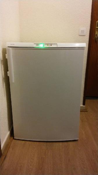 Congelador vertical electrolux eut1040aow