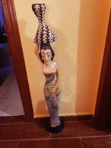 Figura de madera grande de mujer