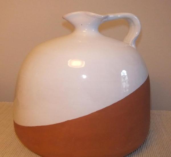 Jarra de cerámica loza blanca del pais vasco