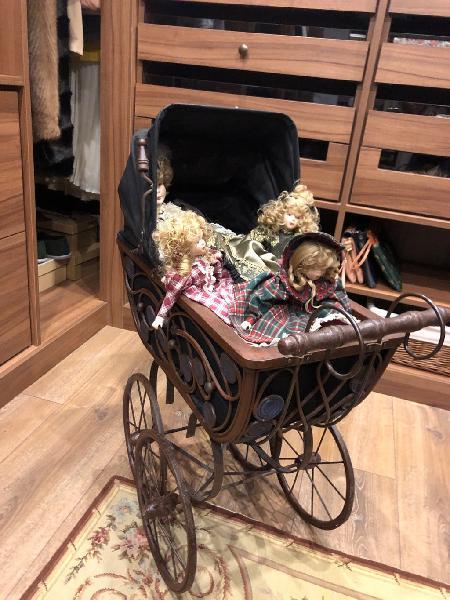 Carrito de muñecas estilo antiguo con muñecas
