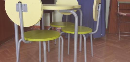 Conjunto de mesa y tres sillas verdes