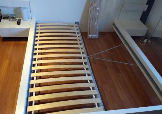 Estructura de cama con mesitas