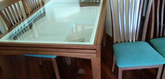 Mesa,y 6 sillas, madera maciza,color nogal