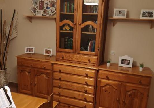 Mueble de madera maciza.