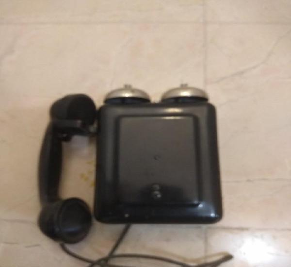 Antiguo teléfono de baquelita, tiene un desperfecto en el