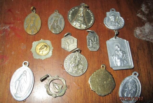 Lote 12 medallas religiodsas antiguas algunas de plata