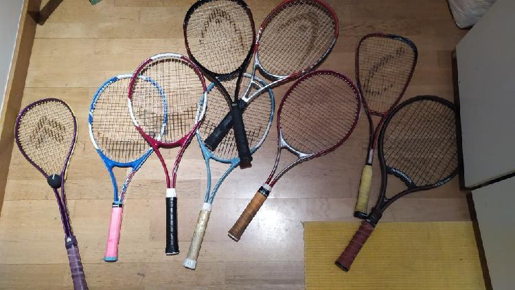 Varias raquetas de tenis usadas mas fundas