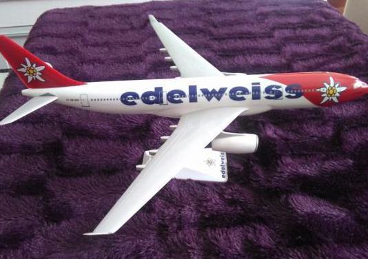 Maqueta avión airbus 330 de edelweiss