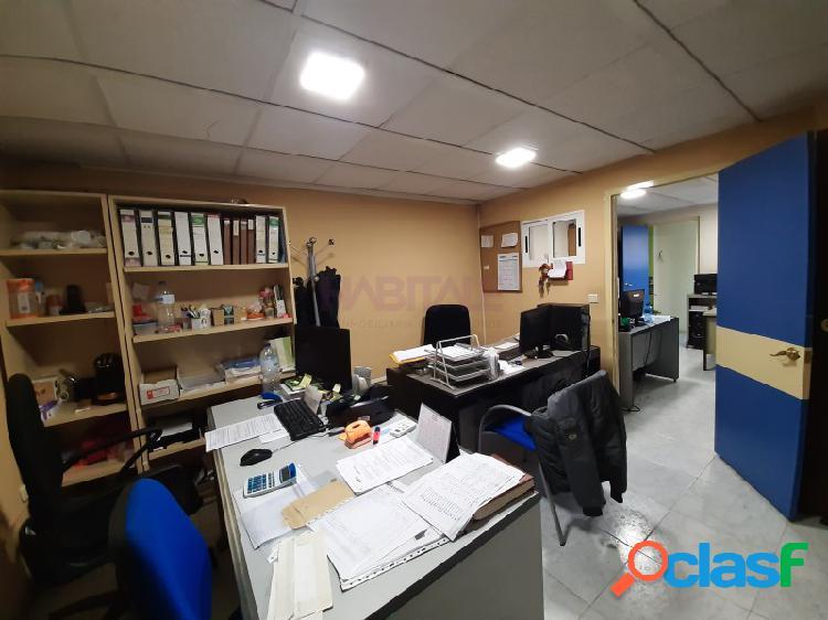 Local de 255 m2, en planta tiene 222 m2 y dispone de dos estupendos altillos de 36 y 28 m2 respectivamente. junto a serrería con grandes espacios para utilizar tanto como local como almacén