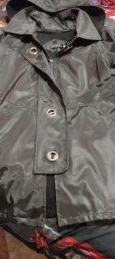 Abrigo impermeable con capucha