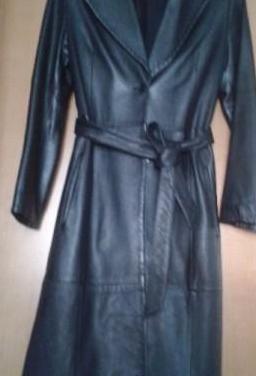 Abrigo tipo militar de piel color negro