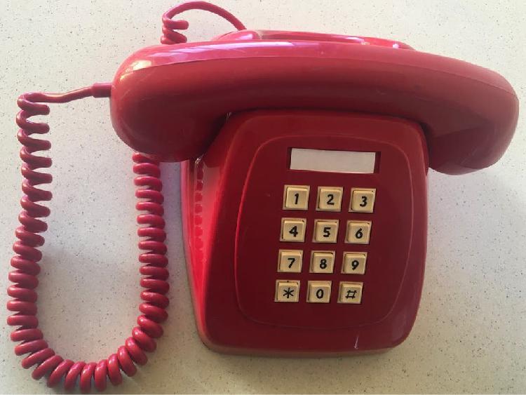 Teléfono rojo heraldo de teclas