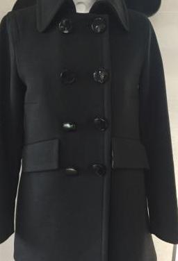Zara: abrigo negro sesentero.