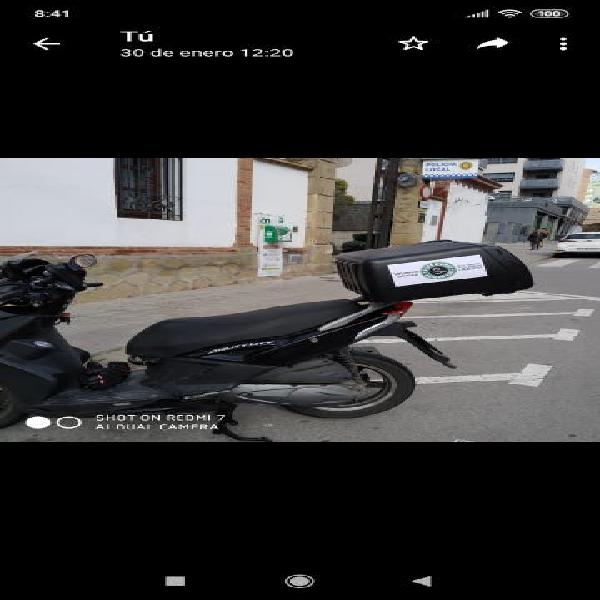 Chico con moto para encargos