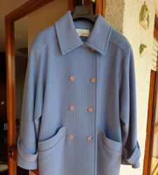 Abrigo de paño azul claro, botonadura cruzada