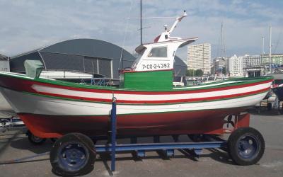Barco madera. pesca deportiva