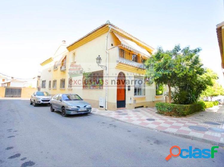 Bonita vivienda unifamiliar adosada en el centro de la zubia con 3 dormitorios y 2 servicios, garaje, calefacción. honorarios, gestión y asesoramiento gratuito para la parte compradora