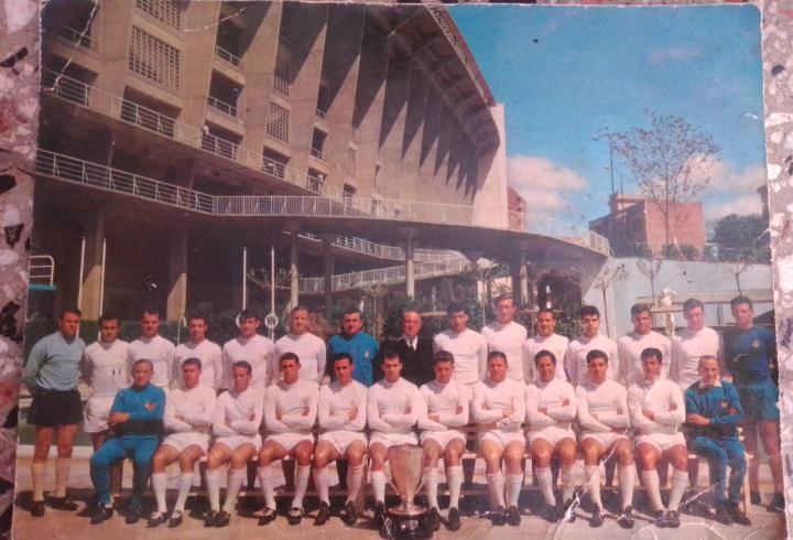 Foto del equipo completo del real madrid ye ye firmada