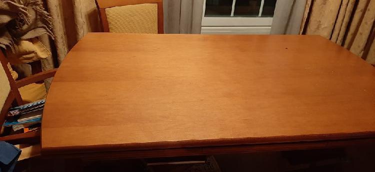 Mesa comedor de madera con dos sillones y sillas