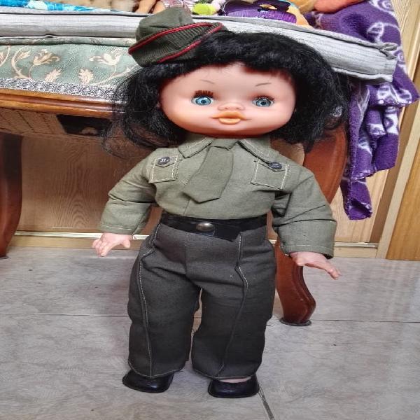 Muñeca militar años 70. pelo moreno y ojos azules,