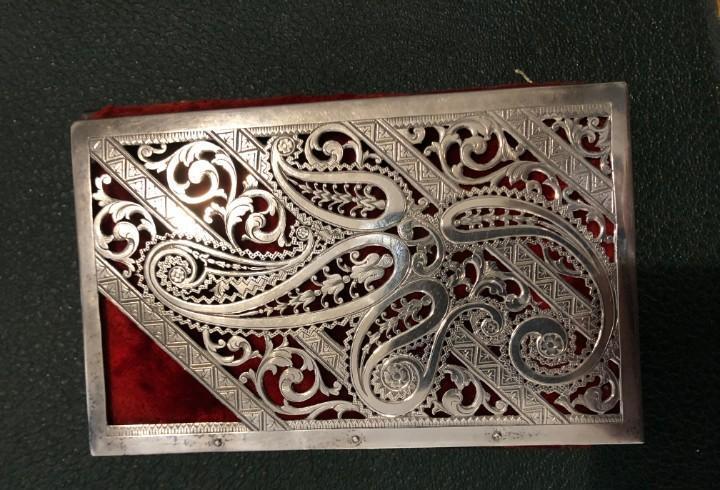 Bolso isabelino en plata de ley y terciopelo rojo, iniciales