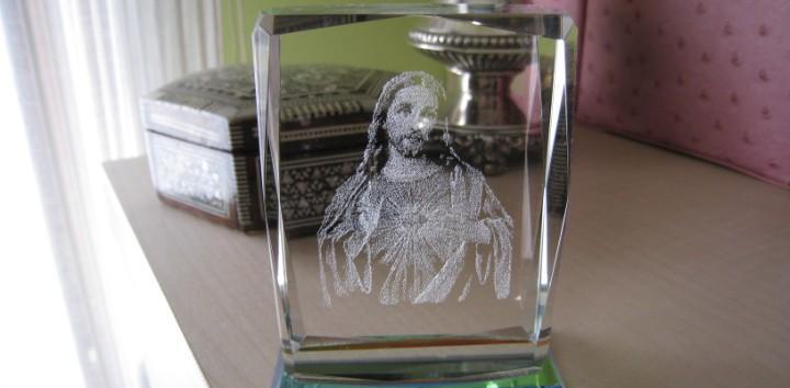Antiguo y curioso corazón de jesús en cristal 9 x 7 cmts