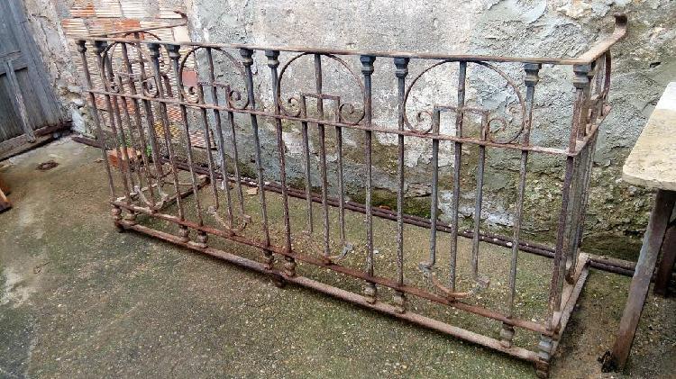 Balcón antiguo de hierro forjado