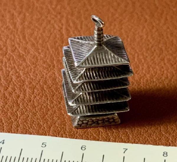 Bonita pagoda de plata de ley